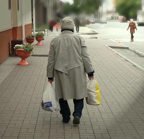 бабушка несет сумки в руках